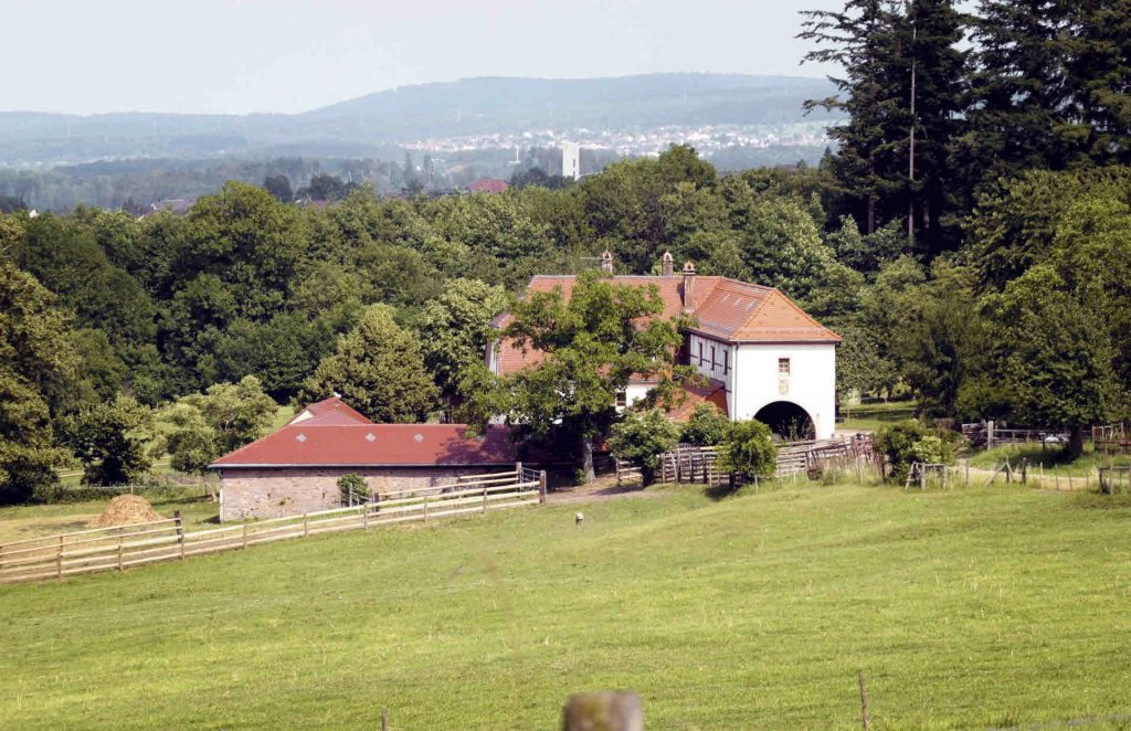Historische Landwirtschaftsgebäude in malerischer Umgebung